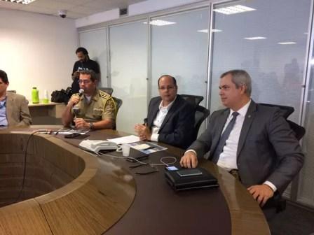 Sub comandante da PM, Coronel Adalberto Freitas, secretário das Cidades de PE, Francisco Papaléo, e o chefe da Polícia Civil, Antônio Barros (Foto: Thays Estarque/G1)