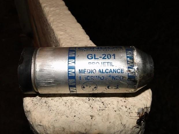 Bomba de gás lacrimogêneo fica na rua na Avenida Antônio Carlos, em Belo Horizonte (Foto: Humberto Trajano/G1)