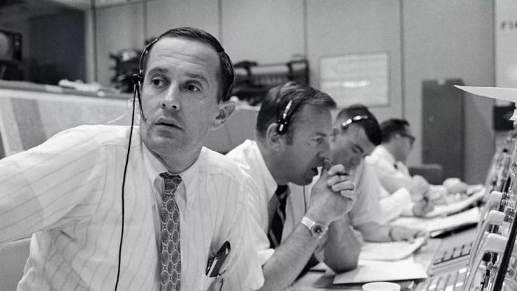 A equipe da Nasa em Terra durante os tensos momentos de comunicação com a tripulação do Apolo 11 — Foto: Nasa/BBC