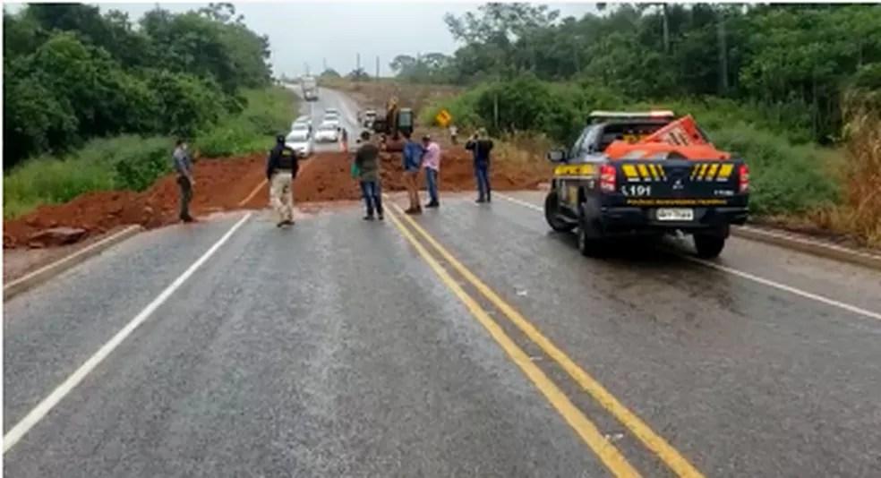 Tráfego na BR-317 foi liberado para veículo leves na tarde desta segunda-feira (22) — Foto: Reprodução