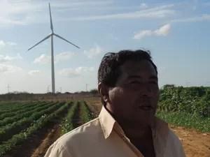 Nego Véio mudou de vida após instalação de 25 aerogeradores em suas terras no povoado de Queimadas, no RN (Foto: Felipe Gibson/G1)