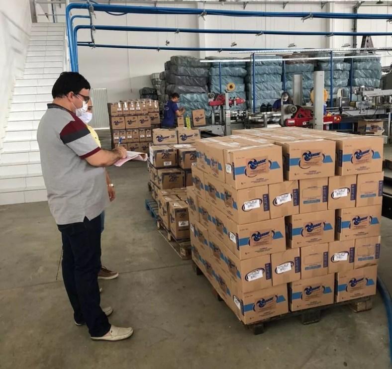 Fábrica foi autuada em Patos, PB, após denúncias de fraude em rótulo de álcool 70% — Foto: Prefeitura de Patos/Divulgação