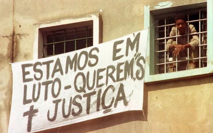 Detentos expuseram faixa em janela de pavilhão contra o massacre ocorrido na Casa de Detenção do Carandiru — Foto: Epitácio Pessoa/AE