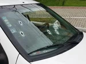 Viatura da PM foi atingida por disparos em Florianópolis (Foto: Mayara Cardoso/Divulgação)