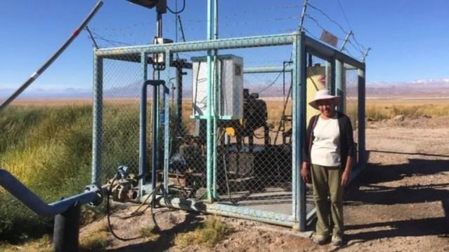 Sara diz que as duas empresas de mineração usam bombas como esta para ter acesso à água doce — Foto: BBC