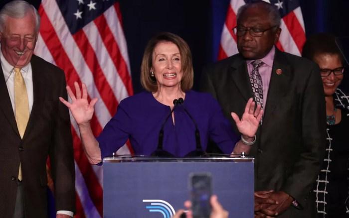 A líder democrata na Câmara dos EUA, Nancy Pelosi, comemora resultados das eleições com integrantes de seu partido em Washington, na terça-feira (6) — Foto: Reuters/Jonathan Ernst