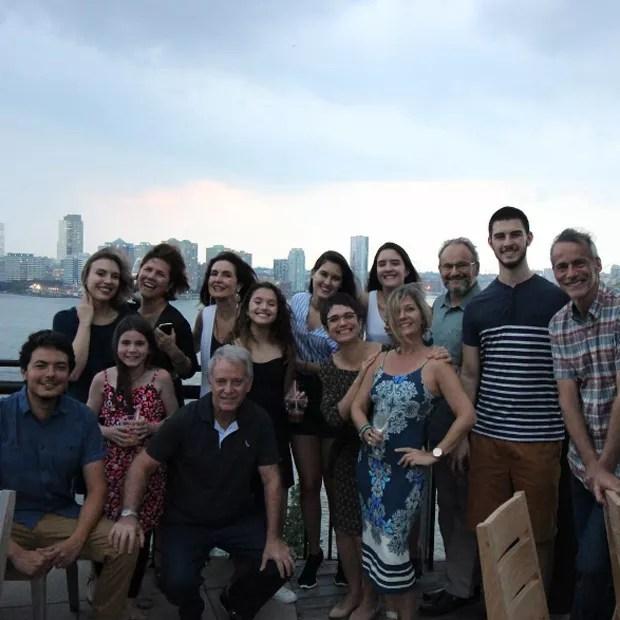 Fátima com Sandra Annenberg, Ernesto Paglia e outros amigos (Foto: Reprodução/Instagram)