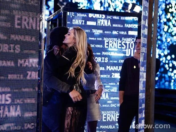 Megan agarra Davi e deixa Manu furiosa (Foto: Inácio Moraes / TV Globo)