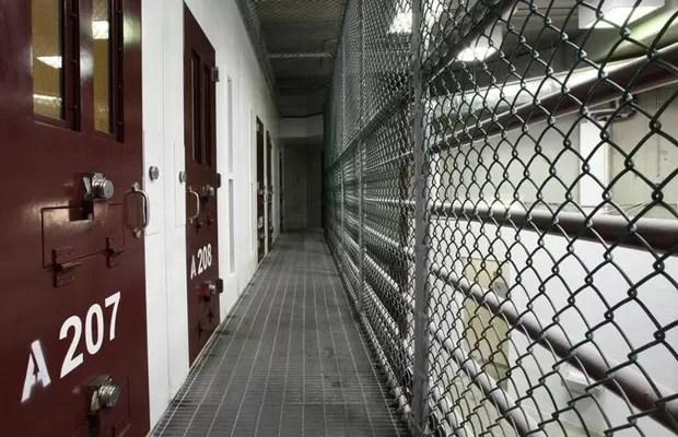 Ala de celas comuns em uma das prisões da base norte-americana de Guantánamo, em Cuba, em foto de maio de 2013 (Foto: Bob Strong/Reuters)
