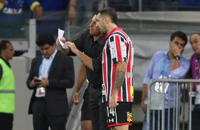 Pratto tem sido o responsável por passar as informações dos bilhetes de Ceni ao elenco do São Paulo (Foto: Rubens Chiri / saopaulofc.net)