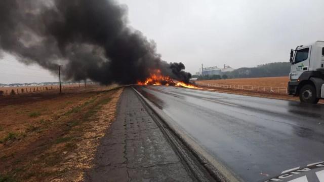 Um dos motoristas conseguiu sair do veículo, o outro não foi localizado ainda — Foto: Divulgação