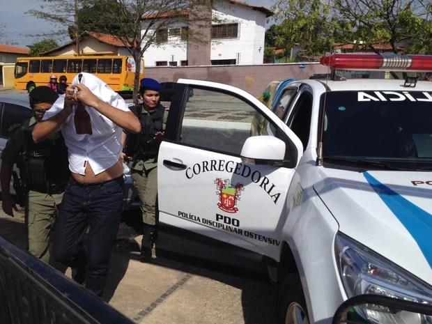 Policial militar preso durante operação no Piauí (Foto: Ellyo Teixeira/G1)