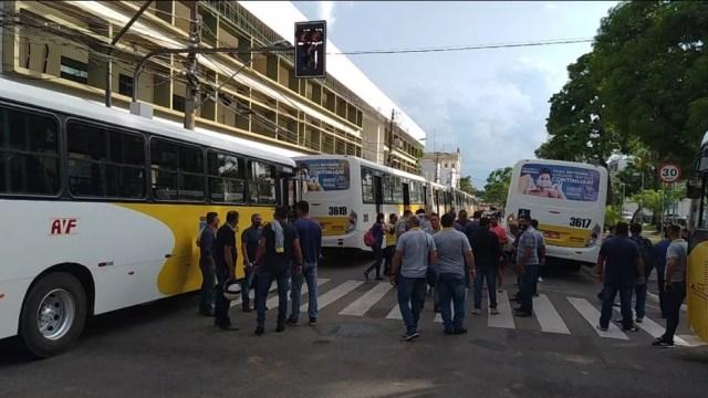 Motoristas voltaram a se concentrar em frente à Prefeitura de Rio Branco nesta sexta-feira (18) — Foto: Lidson Almeida/Rede Amazônica