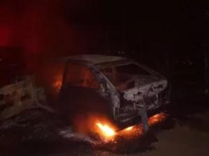 Carro do candidato foi queimado durante tentativa de homicídio (Foto: Polícia Civil/Divulgação)