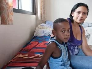 Damiana, mãe de Naiara, ao lado do filho mais novo, Denílson (Foto: Flavio Moraes/G1)