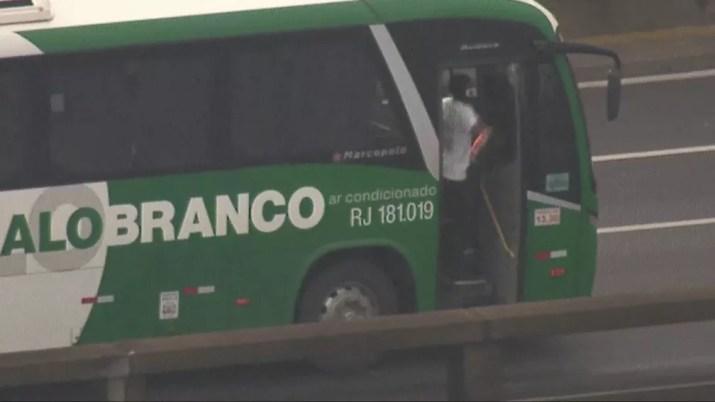 Às 6h31, um homem jogou objeto pegando fogo para fora do veículo — Foto: Reprodução/ TV Globo