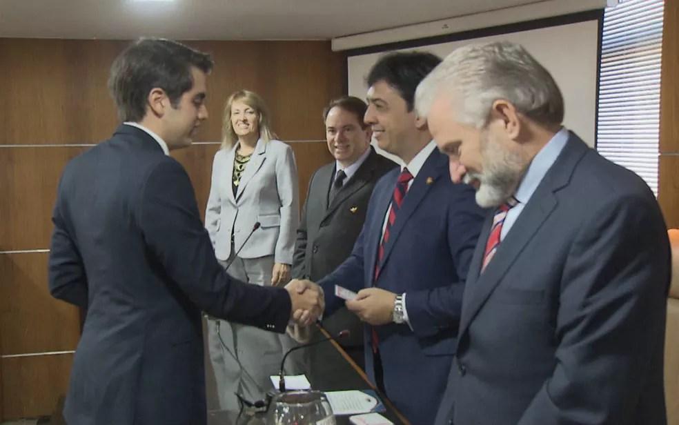 Advogado Mateus Ribeiro, 18 anos, recebe carteira da OAB no Distrito Federal — Foto: TV Globo/Reprodução