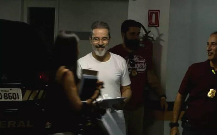 Ex-senador Luiz Estevão chega para depoimento na 10ª Vara Federal, em Brasília, nesta quarta (Foto: TV Globo/Reprodução)