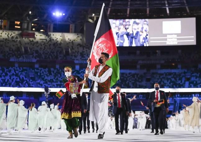 Kimia Yousefi e Farzad Mansouri levaram a bandeira do Afeganistão na cerimônia de abertura de Tóquio 2020 — Foto: Getty Images