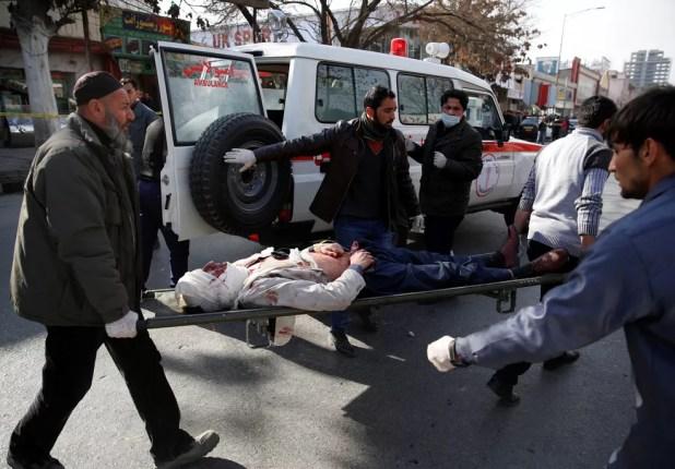 Homem ferido é resgatado após explosão de ambulância em Cabul, neste sábado (27)  (Foto: Mohammad Ismail/ Reuters)