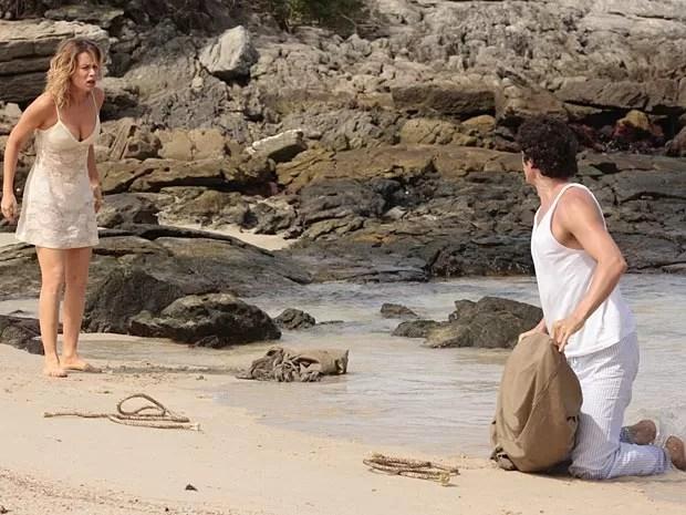 Juliana e Nando acordam na ilha e não entendem nada (Foto: Guerra dos Sexos / TV Globo)