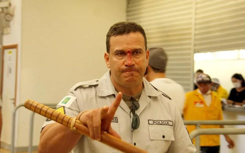 Sargento da Polícia Militar com o nariz quebrado após confronto entre torcedores no intervalo do jogo entre Flamengo e Palmeiras, no Mané Garrincha, em Brasília — Foto: Polícia Militar/Divulgação