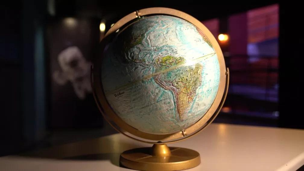 Globo terrestre no Planetário: inclinação da Terra causa a diferença da duração do dia — Foto: Marcos Serra Lima/G1
