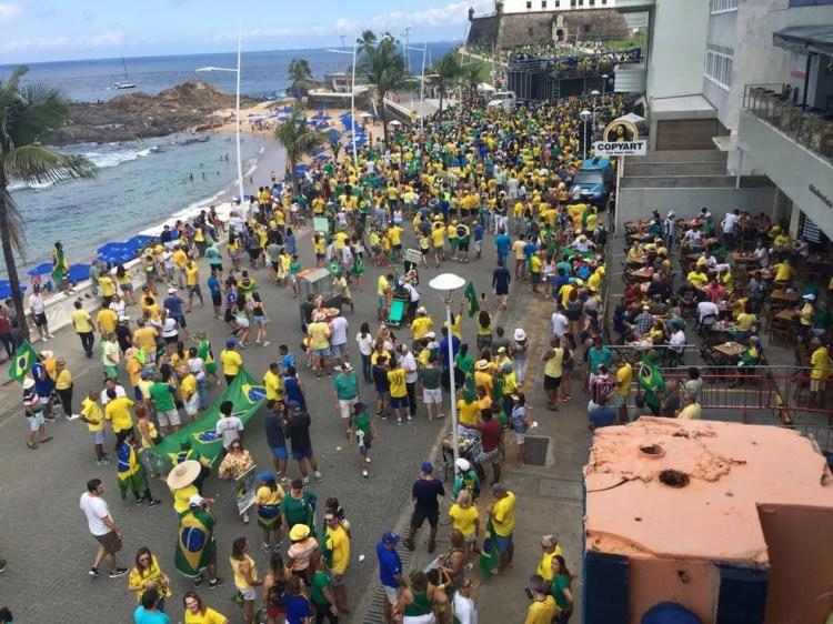 SALVADOR, 10H52: Grupo realiza manifestação no Farol da Barra neste domingo (26) — Foto: Itana Alencar/G1