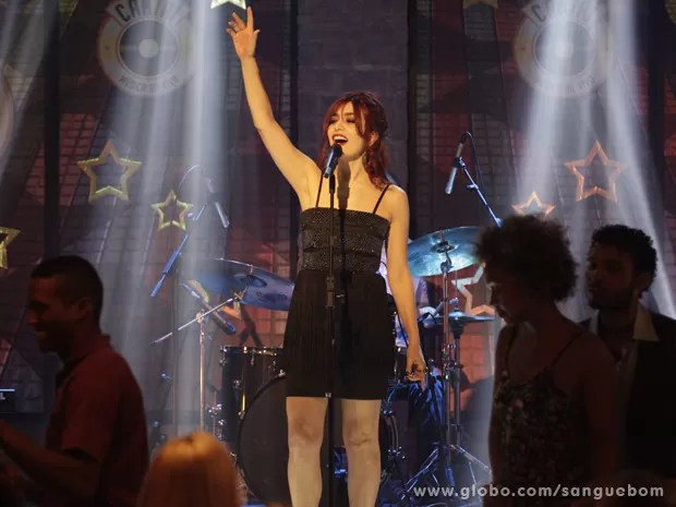 Verônica se solta no palco do Cantaí (Foto: Sangue Bom/TV Globo)
