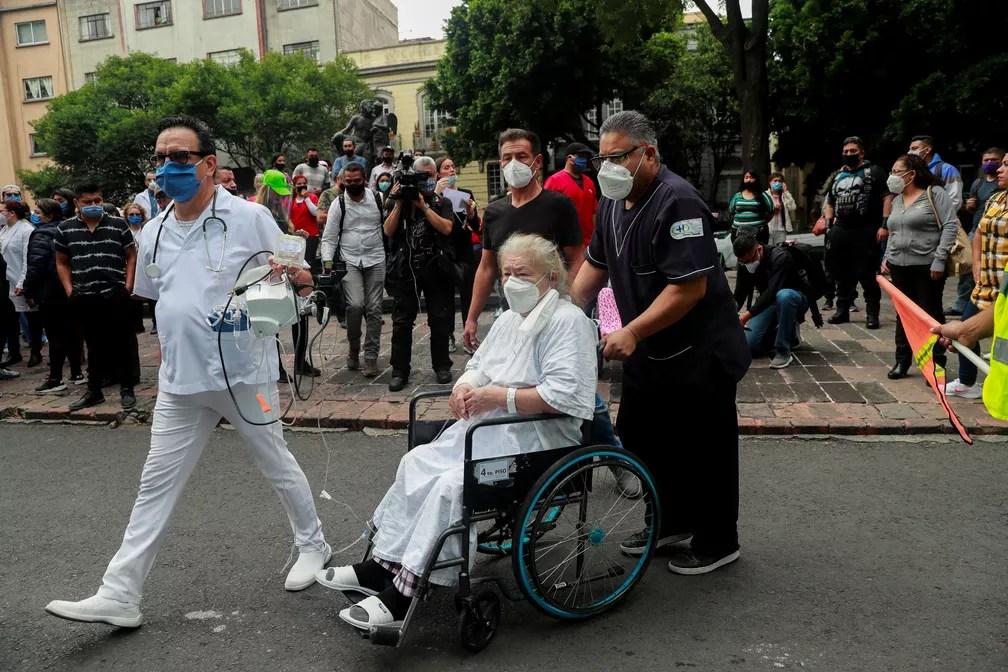 Médicos e pacientes precisam sair de hospital por causa de terremoto no México, em 23 de junho de 2020 — Foto: Carlos Jasso/Reuters