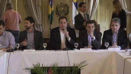 Governador Paulo Câmara anunciou medidas do Comitê de Crise neste domingo (27), no Palácio do Campo das Princesas (Foto: Reprodução/TV Globo)
