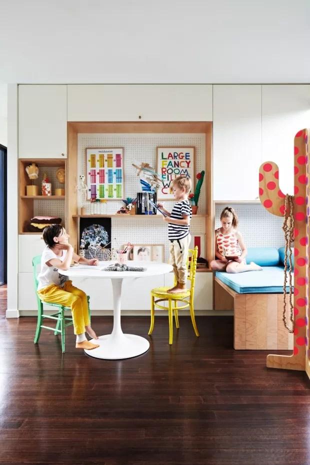 Reunião. No sobrado de quatro quartos tem espaço suficiente para Bec e seu marido, o engenheiro Tim Udvary, as filhas gêmeas Saskia e Erzsike, 12; e o filho Woody, 7. Na foto, as crianças compartilham o espaço multidisciplinar (Foto: Armelle Habib / Living Inside)