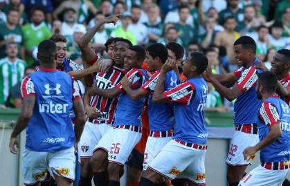 São-paulinos comemoram gol contra o Coritiba (Foto: Rubens Chiri/saopaulofc.net)