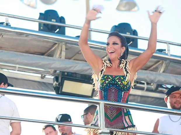 Ivete Sangalo inicia mais um dia de desfile na Barra, em Salvador (Foto: Mauro Zaniboni /Ag Haack)