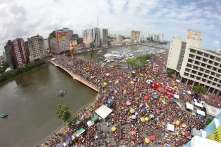 Desfile do Galo da Madrugada em 2018 entrou para a história do clube de máscaras  (Foto: Aldo Carneiro/Pernambuco Press)