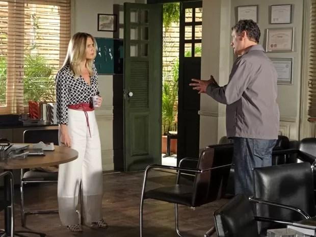 Antonia tenta prestar queixa contra Celso (Foto: Salve Jorge/TV Globo)