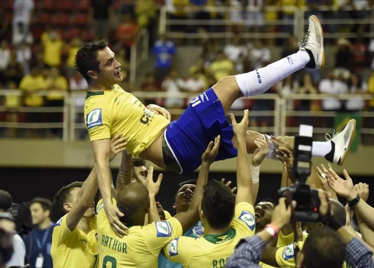 Falcão é festejado durante partida em que se despediu da seleção; meses depois, no entanto, craque voltou atrás na decisão (Foto: André Durão)