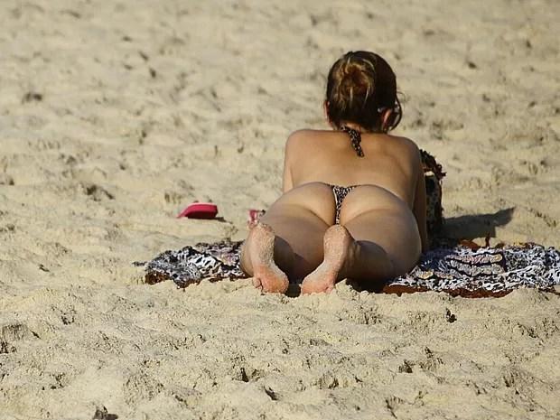 Banhistas pega sol nas areias de Ipanema (Foto: Ale Silva / Futura Press / Estadão Conteúdo)