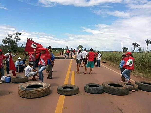 Manifestantes interditaram trecho de rodovia (Foto: Assessoria/PRF-MT)
