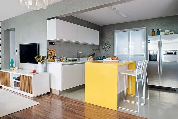 Cozinha | Com piso de tecnocimento, da NS Brazil, o ambiente foi integrado à sala. Bancada de Corian, da Studio Vitty. Sobre a ilha, fruteira, da Benedixt (Foto: Cacá Bratke/Casa e Jardim)