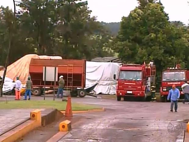 Equipes do Corpo de Bombeiros tentam conter incêndio em Sertãozinho (Foto: Reprodução/EPTV)