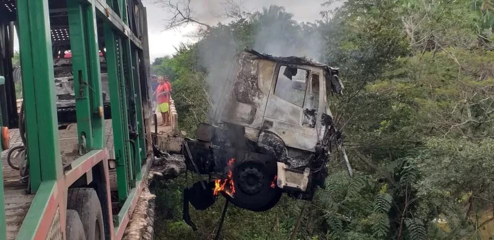 Caminhão cegonha ficou pendurado na ponte na BR-316 no Maranhão — Foto: Divulgação/Polícia Rodoviária Federal