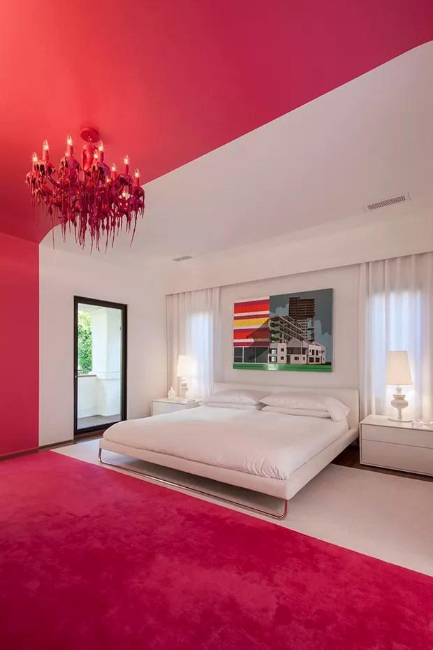 Dcor do dia faixa rosa choque no quarto branco  Casa