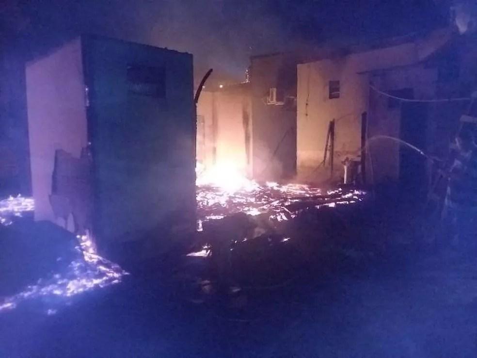 Incêndio foi controlado com ajuda de caminhão pipa da prefeitura — Foto: WhatsApp/Reprodução