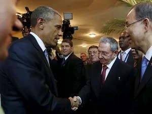 Os presidentes Barack Obama e Raúl Castro dão aperto de mão em encontro na Cúpula das Américas, no Panamá. À direita, o secretário-geral da ONU, Ban Ki-moon (Foto: Reuters/Presidência do Panamá)