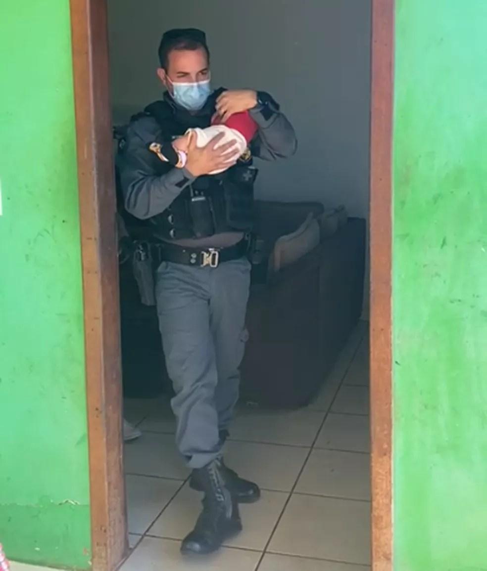 Bebê de 2 meses foi resgatado nessa terça-feira (8) depois de ser abandonado em uma boca de fumo em Pontes e Lacerda (MT) — Foto: Reprodução