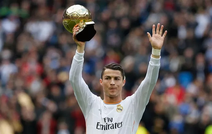 Cristiano Ronaldo com a Bola de Ouro, Real Madrid x Granada (Foto: Reuters)