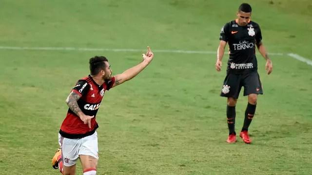 ad38699fe Flamengo carimba faixa do desmotivado Corinthians em tarde de bafafá na   Ilha do Urubu