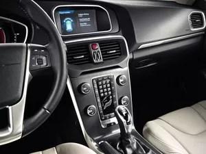 Volvo V40 é quipado ainda com sistema que faz o carro estacionar sozinho em vagas paralelas (Foto: Divulgação)