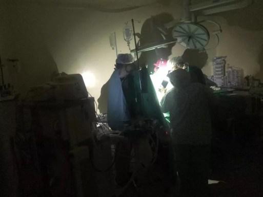 Equipe médica usa luz de celular para fazer cirurgia durante apagão em Mossoró — Foto: Redes sociais